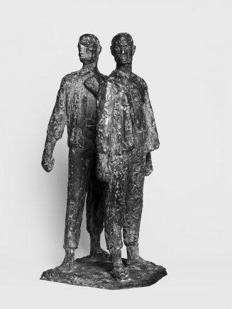 Zwei-Figuren-Gruppe aus dem ersten Entwurf Buchenwald, 1952, Bronze, H 47 cm