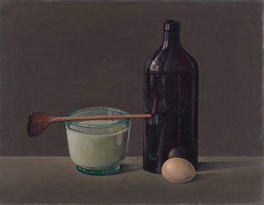 Günther Blau, Glas mit Flasche und Ei, 1977, Öl auf Leinwand auf Hartfaser, 39 x 50 cm