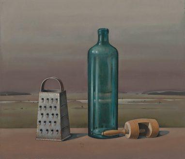Günther Blau, Stilleben mit blauer Flasche vor Landschaft, 1980, Öl auf Leinwand auf Hartfaser, 50 x 58,5 cm