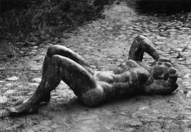Werner Stötzer, Große Liegende (Werra), 1970/72, Bronze, 56 x 175 cm